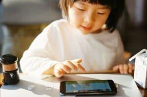 un niño pequeño que usa una tableta para la escuela de idiomas en línea
